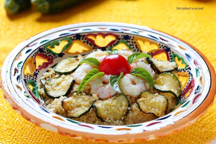 https://www.ragusanews.com//immagini_articoli/24-07-2019/cous-cous-zucchine-e-gamberetti-ricetta-veloce-500.jpg
