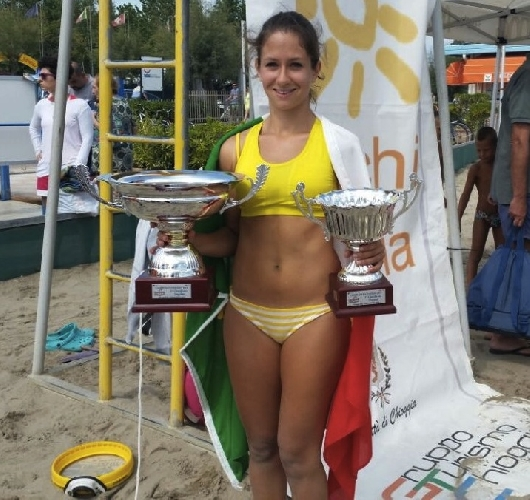 https://www.ragusanews.com//immagini_articoli/24-08-2014/ilary-taranto-campionessa-di-tambeach-500.jpg