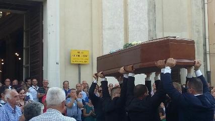 http://www.ragusanews.com//immagini_articoli/24-08-2017/celebrati-funerali-enrico-arena-240.jpg