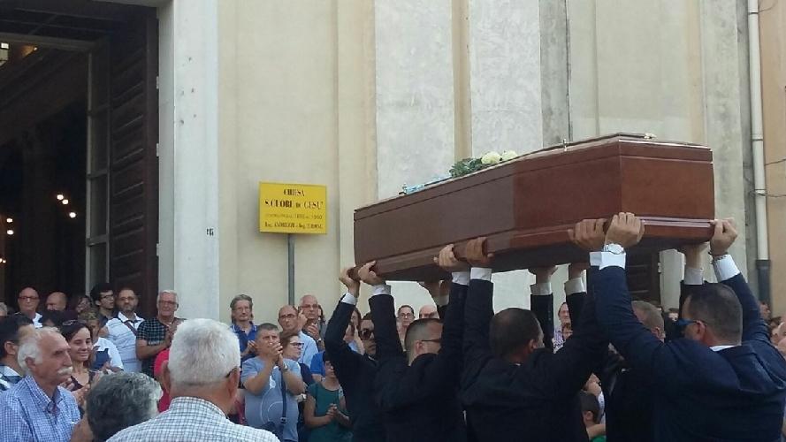 http://www.ragusanews.com//immagini_articoli/24-08-2017/celebrati-funerali-enrico-arena-500.jpg