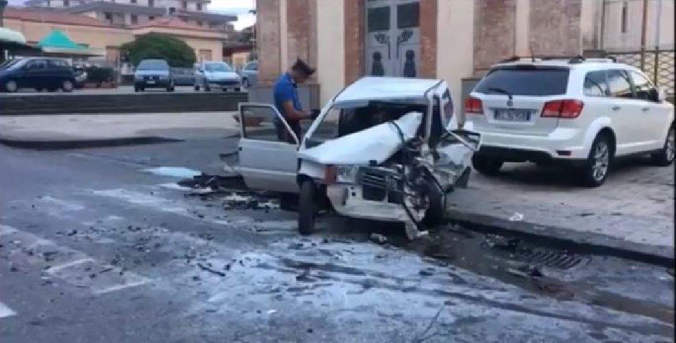 https://www.ragusanews.com//immagini_articoli/24-08-2018/terribile-incidente-giarre-auto-prende-fuoco-feriti-gravi-500.jpg
