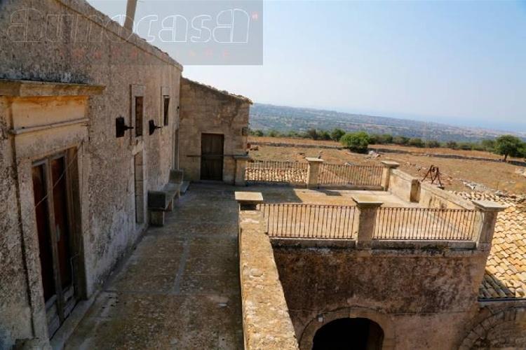 https://www.ragusanews.com//immagini_articoli/24-08-2021/1629789022-torre-mastro-in-vendita-il-fortino-del-1600-foto-9-500.jpg