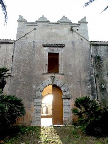 https://www.ragusanews.com//immagini_articoli/24-08-2021/torre-mastro-in-vendita-il-fortino-del-1600-foto-500.jpg