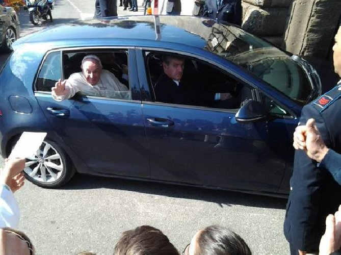 https://www.ragusanews.com//immagini_articoli/24-09-2019/papa-francesco-ha-la-golf-cita-mina-500.jpg