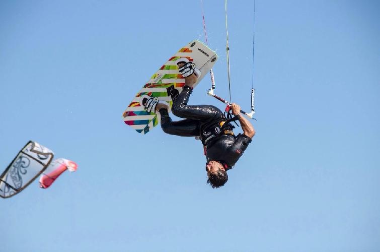 http://www.ragusanews.com//immagini_articoli/24-10-2014/kite-e-windsurf-protagonisti-sulla-spiaggia-di-marina-di-ragusa-500.jpg