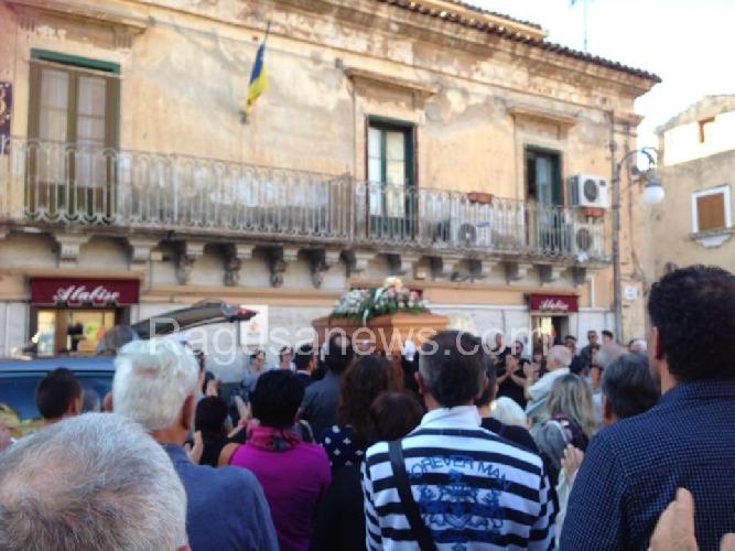 http://www.ragusanews.com//immagini_articoli/24-10-2015/celebrati-i-funerali-di-ana-bambarac-500.jpg