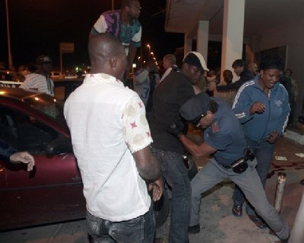 http://www.ragusanews.com//immagini_articoli/24-10-2015/ghanesi-urlanti-in-prefettura-500.jpg