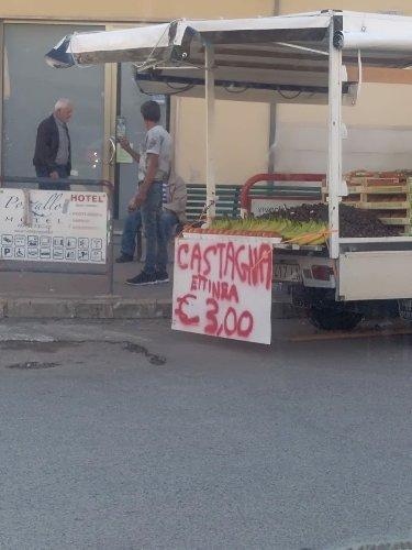 https://www.ragusanews.com//immagini_articoli/24-10-2018/castagna-ettinea-vendita-pozzallo-500.jpg