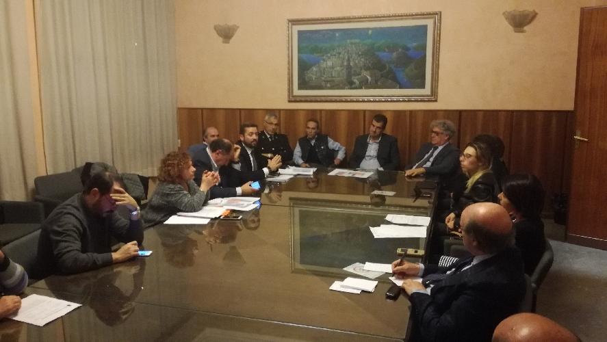 https://www.ragusanews.com//immagini_articoli/24-11-2017/ragusa-riunione-sindaci-rifiuti-servizi-sociali-500.jpg