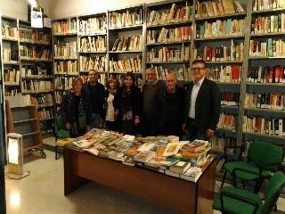 http://www.ragusanews.com//immagini_articoli/24-11-2017/vittoria-donati-libri-biblioteca-comunale-240.jpg