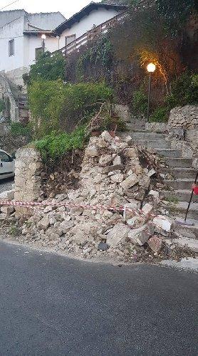 https://www.ragusanews.com//immagini_articoli/24-11-2018/folle-auto-muro-distrutta-edicola-votiva-500.jpg