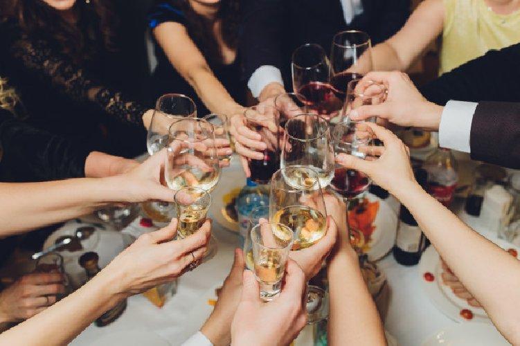 Finiscono gli alcolici e bevono... disinfettante, morte 7 persone in Russia