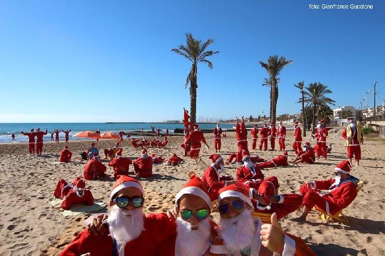 http://www.ragusanews.com//immagini_articoli/24-12-2014/babbi-natale-in-spiaggia-a-marina-di-ragusa-500.jpg