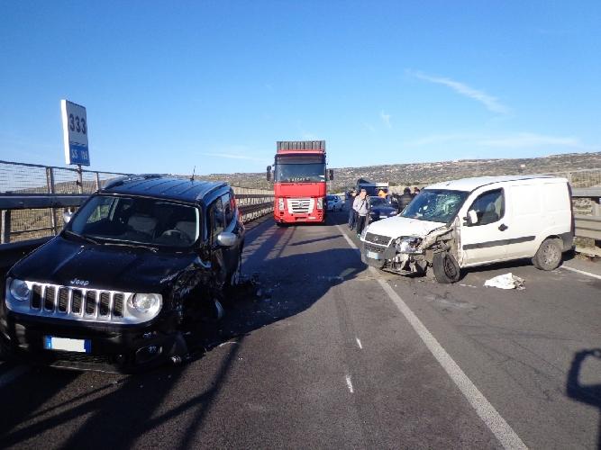 http://www.ragusanews.com//immagini_articoli/24-12-2015/incidente-sul-ponte-costanzo-feriti-lievi-500.jpg