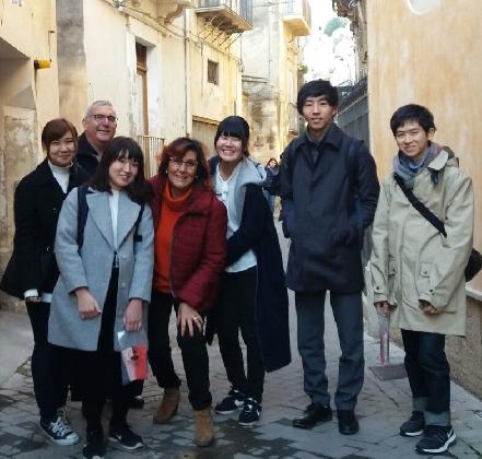 http://www.ragusanews.com//immagini_articoli/24-12-2016/cinque-ragazzi-giapponesi-visitano-territorio-ibleo-420.jpg