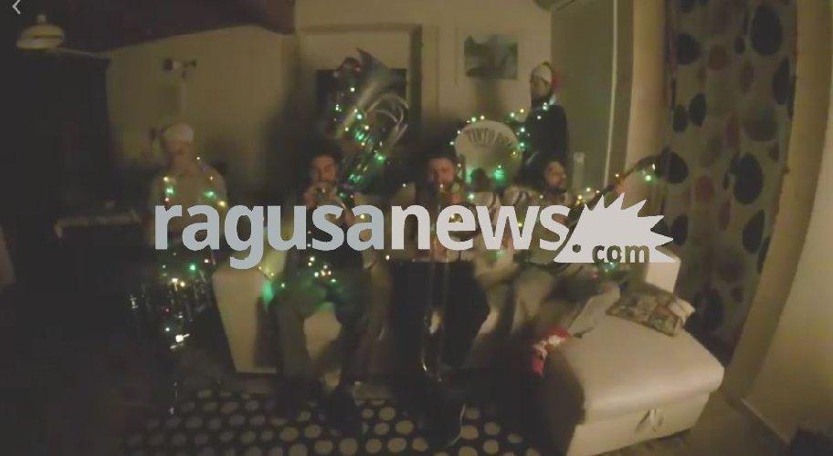 https://www.ragusanews.com//immagini_articoli/24-12-2017/ragusa-originali-auguri-natale-tinto-brass-street-band-video-500.jpg