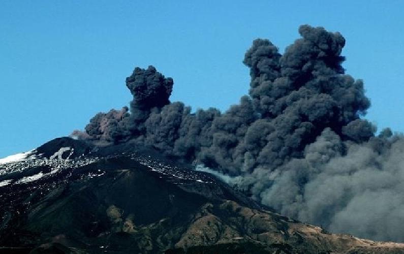https://www.ragusanews.com//immagini_articoli/24-12-2018/etna-eruzione-riaperto-aeroporto-catania-500.png