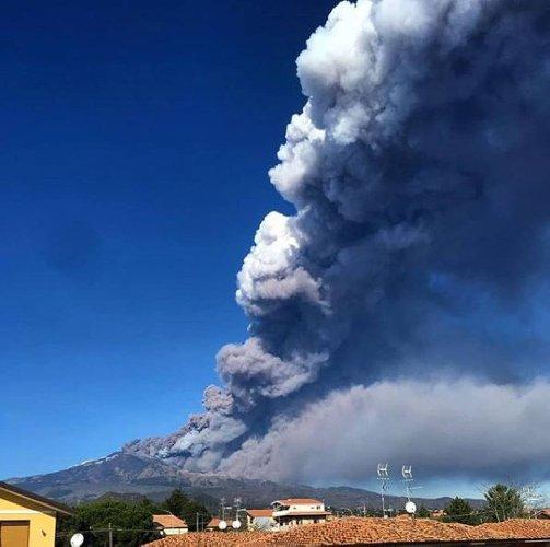 https://www.ragusanews.com//immagini_articoli/24-12-2018/etna-eruzione-video-aeronautica-militare-500.jpg