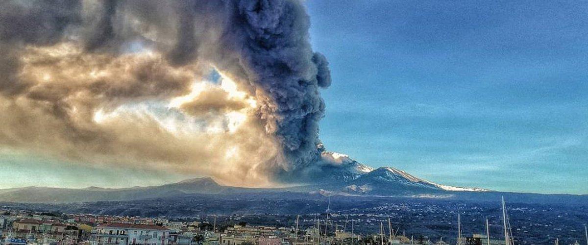 https://www.ragusanews.com//immagini_articoli/24-12-2018/terremoti-natale-etna-eruzione-500.jpg