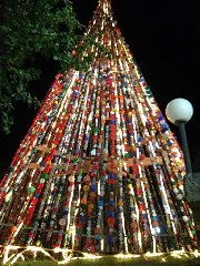 https://www.ragusanews.com//immagini_articoli/24-12-2019/un-albero-di-natale-di-17-mila-tappi-di-plastica-240.jpg