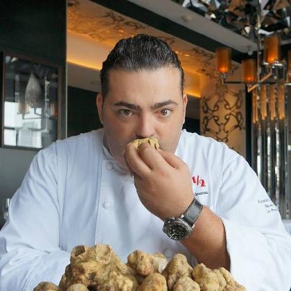 http://www.ragusanews.com//immagini_articoli/25-01-2017/shangai-comiso-riconoscimento-chef-stellato-riccardo-perna-420.jpg