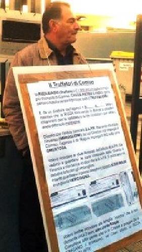 https://www.ragusanews.com//immagini_articoli/25-02-2014/comisano-davanti-alla-banca-con-un-banner-mi-hanno-truffato-500.jpg
