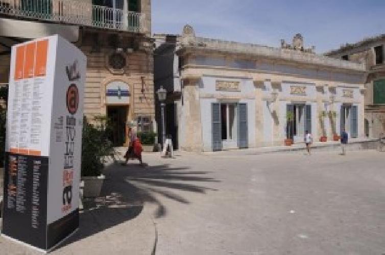 http://www.ragusanews.com//immagini_articoli/25-02-2014/ibla-via-le-tabelle-turistiche-vecchie-e-abusive-500.jpg