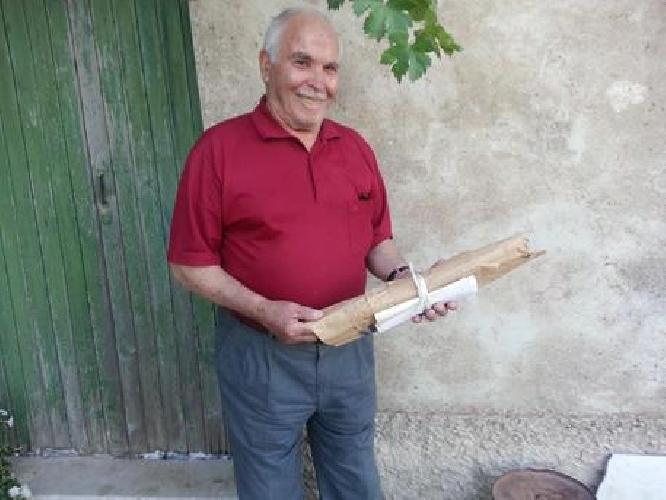 https://www.ragusanews.com//immagini_articoli/25-02-2015/carmelo-il-contadino-che-scrive-storie-su-sacchi-di-carta-500.jpg