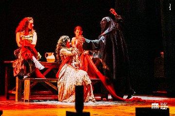 https://www.ragusanews.com//immagini_articoli/25-02-2020/lunghi-applausi-per-la-leggenda-fantasma-opera-a-modica-240.jpg