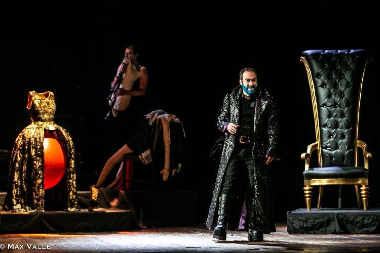 https://www.ragusanews.com//immagini_articoli/25-02-2020/mario-incudine-e-barbablu-domani-sera-a-vittoria-500.jpg