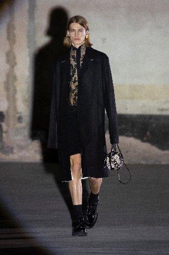https://www.ragusanews.com//immagini_articoli/25-02-2021/1614292644-milano-fashion-week-3-500.jpg