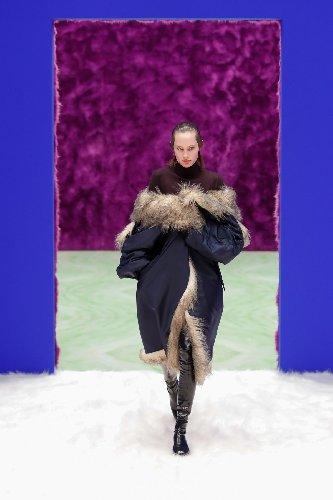 https://www.ragusanews.com//immagini_articoli/25-02-2021/1614292646-milano-fashion-week-5-500.jpg
