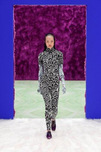 https://www.ragusanews.com//immagini_articoli/25-02-2021/1614292646-milano-fashion-week-6-500.jpg