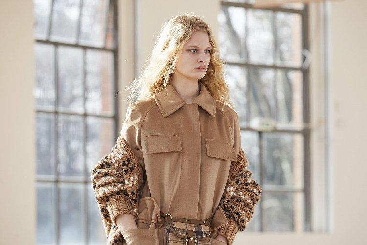 https://www.ragusanews.com//immagini_articoli/25-02-2021/1614325535-milano-fashion-week-calendario-sfilate-3-500.jpg