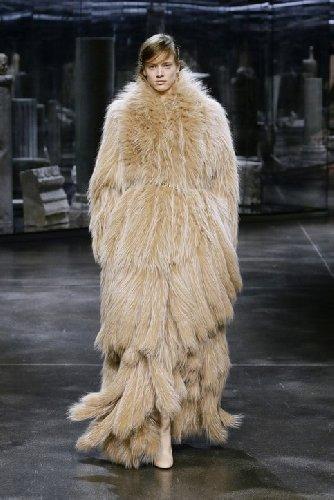 https://www.ragusanews.com//immagini_articoli/25-02-2021/1614325594-milano-fashion-week-calendario-sfilate-4-500.jpg