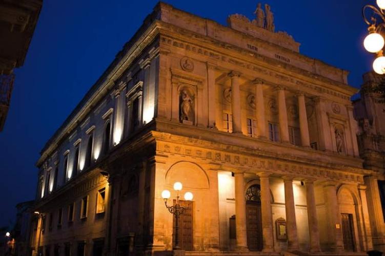 http://www.ragusanews.com//immagini_articoli/25-03-2017/vacanze-mare-teatro-vittoria-colonna-500.jpg
