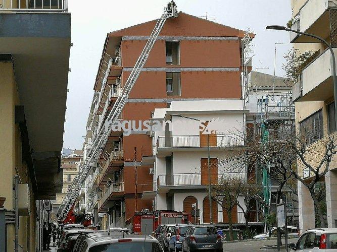 https://www.ragusanews.com//immagini_articoli/25-03-2018/ragusa-forte-temporale-solleva-tetto-condominio-500.jpg