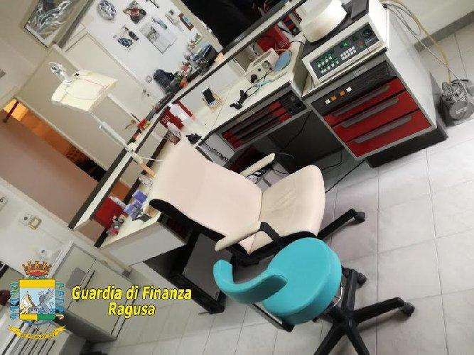 https://www.ragusanews.com//immagini_articoli/25-03-2019/scoperto-un-falso-dentista-a-ragusa-500.jpg