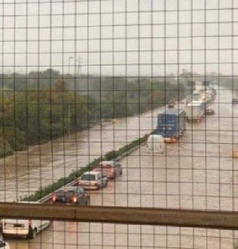 https://www.ragusanews.com//immagini_articoli/25-03-2020/maltempo-allagata-l-autostrada-siracusa-catania-500.jpg