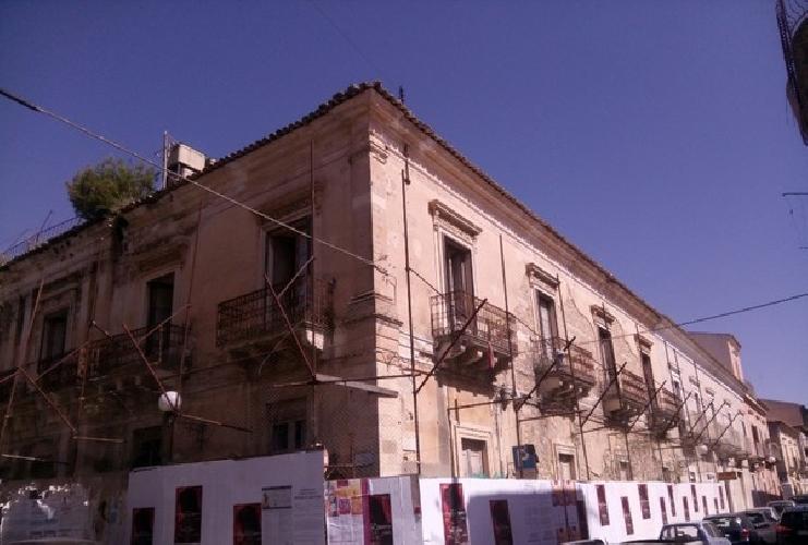 http://www.ragusanews.com//immagini_articoli/25-04-2017/palazzo-pancari-cade-pezzi-500.jpg