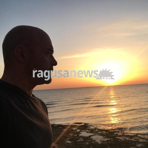 http://www.ragusanews.com//immagini_articoli/25-04-2017/zingaretti-primo-bagno-mare-punta-secca-500.jpg
