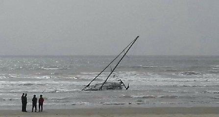 https://www.ragusanews.com//immagini_articoli/25-04-2019/barca-vela-arenata-pozzallo-240.jpg