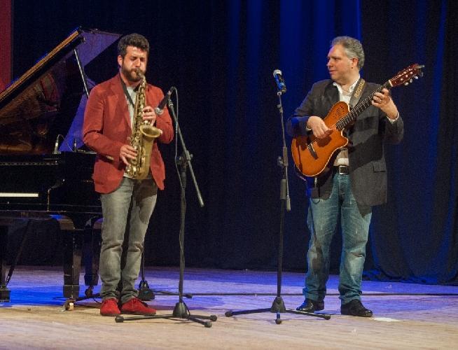 http://www.ragusanews.com//immagini_articoli/25-05-2014/cafiso-festeggia-i-suoi-25-anni-in-concerto-con-buzzurro-500.jpg