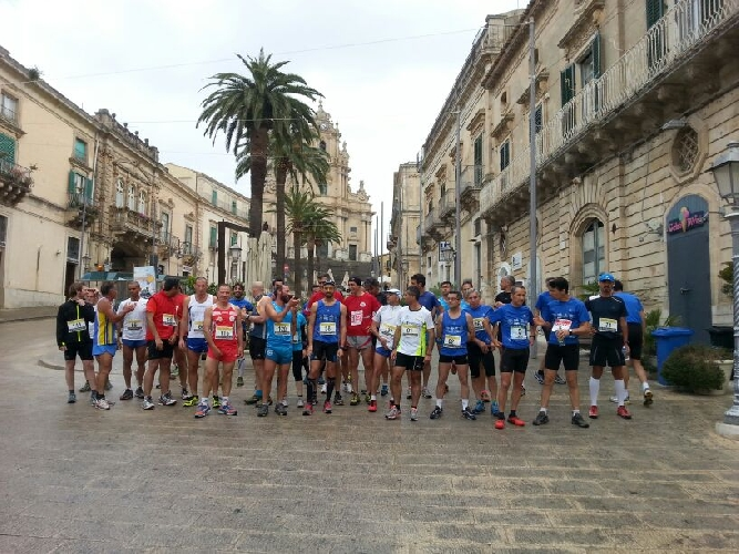 http://www.ragusanews.com//immagini_articoli/25-05-2014/ecotrail-fra-le-cave-iblee-500.jpg