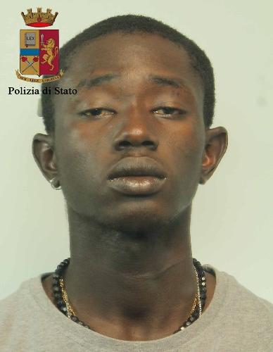 http://www.ragusanews.com//immagini_articoli/25-05-2017/droga-mutande-arrestato-piazza-poste-500.jpg