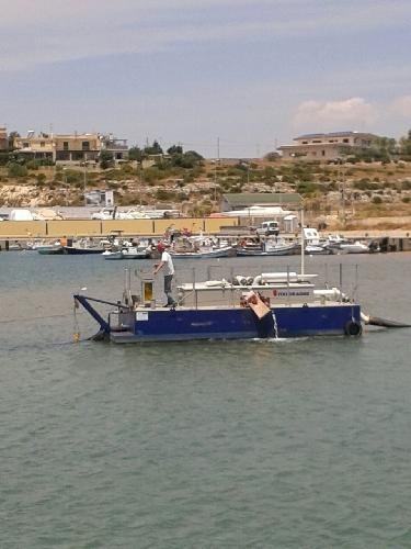 http://www.ragusanews.com//immagini_articoli/25-05-2017/lavora-pulire-porto-piccolo-pozzallo-500.jpg