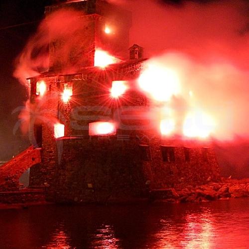 http://www.ragusanews.com//immagini_articoli/25-06-2014/i-fuochi-d-artificio-di-san-giovanni-innescano-un-incendio-500.jpg