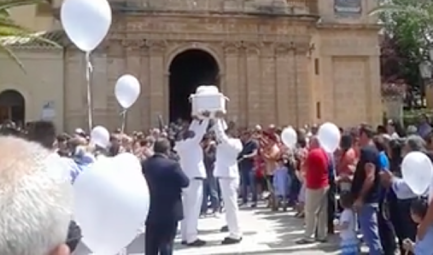 http://www.ragusanews.com//immagini_articoli/25-06-2015/celebrati-i-funerali-del-piccolo-giovanni-ferro-500.png