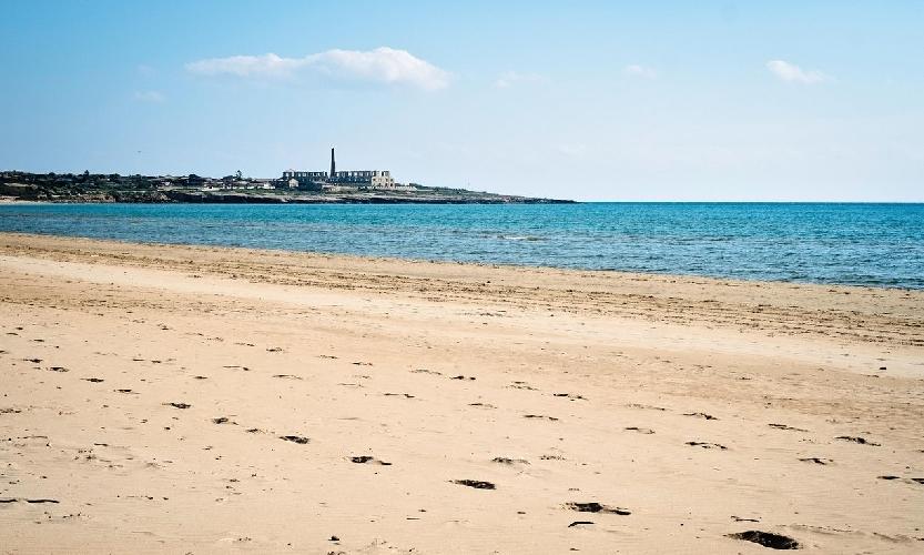 http://www.ragusanews.com//immagini_articoli/25-06-2017/guardian-migliori-beach-siciliane-sampieri-montalbano-country-500.jpg