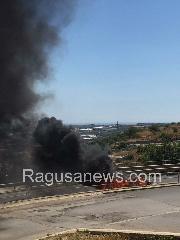 http://www.ragusanews.com//immagini_articoli/25-06-2017/ispica-fuoco-unauto-pieno-giorno-nessun-ferito-240.jpg
